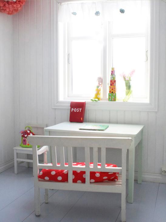 Radni sto za dečiju sobu – Kreativna planeta